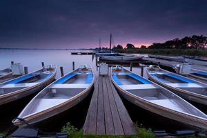 amanecer sobre el puerto del lago foto