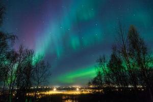 auroras boreales sobre la ciudad foto