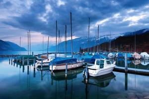 barcos en el lago Thun. foto
