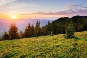 hermosa puesta de sol en las montañas de los cárpatos ucrania.