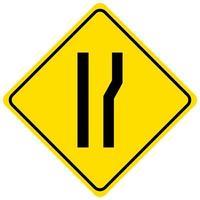 Señal de advertencia para una carretera que se estrecha sobre fondo blanco.