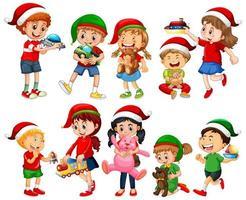 Diferentes niños vistiendo trajes en tema navideño y jugando con sus juguetes aislados sobre fondo blanco.