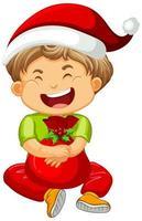 Chico lindo con sombrero de Navidad y jugando con su juguete sobre fondo blanco.