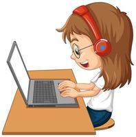Vista lateral de una niña con un portátil sobre la mesa sobre fondo blanco.
