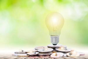 ahorrando energía y ahorrando dinero sobre fondo verde