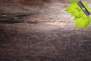 Ahorre el concepto de energía sobre fondo de madera foto