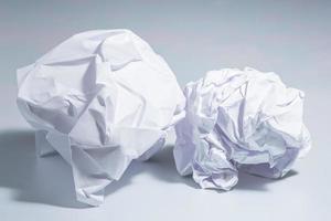 papel arrugado sobre fondo blanco