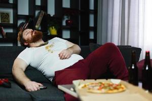hombre gordo duerme en el sofá