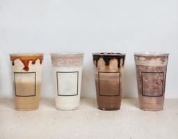 Bebidas frías de chocolate en vasos de plástico. foto