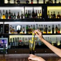 Mujer sosteniendo coctel de frutas de limón