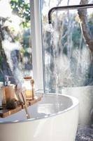 fregadero de cerámica blanca cerca de una ventana foto