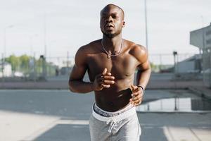 hombre afroamericano corre por la calle