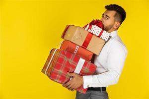 hombre sosteniendo regalos de navidad
