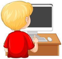 Vista posterior de un niño con computadora sobre la mesa sobre fondo blanco.