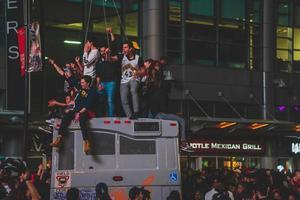 Personas no identificadas celebrando las rapaces de Toronto.