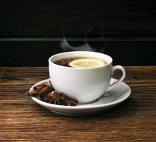 té caliente con limón y evaporación foto