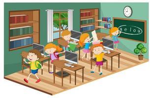 estudiantes en el aula con muchas computadoras.