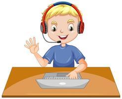 Un niño con un portátil sobre la mesa sobre fondo blanco.
