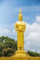 estatua en el templo dorado de wat paknam jolo