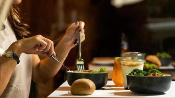 Mujer comiendo sabrosa ensalada de pollo con postre