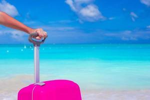 primer plano, de, un, persona, con, un, maleta, en una playa