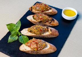 Ensalada de berenjenas sobre el pan pequeño, guarnición de tapas foto