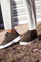 uitenhage, sudáfrica, 2020 - persona con zapatos fila marrones