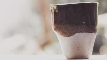 taza de cerámica hecha a mano de enfoque suave