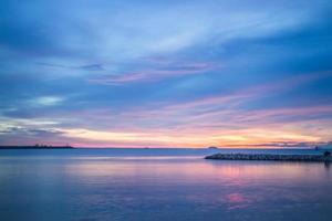 hermosa puesta de sol en la orilla del mar foto