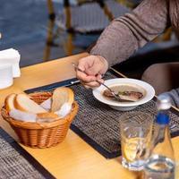 persona comiendo sopa de champiñones