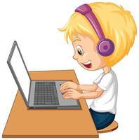 Vista lateral de un niño con un portátil sobre la mesa sobre fondo blanco.