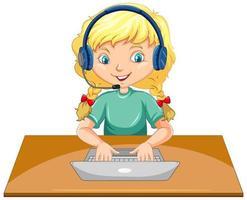 Una niña con un portátil sobre la mesa sobre fondo blanco.