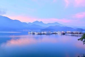 hermosa escena del lago y el muelle antes del amanecer foto