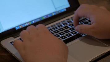 mãos digitando no teclado em 4k