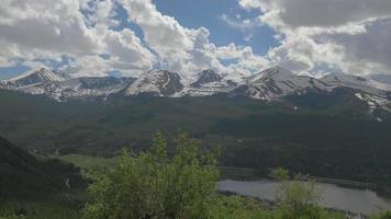 picos cobertos de neve das montanhas rochosas 4k video