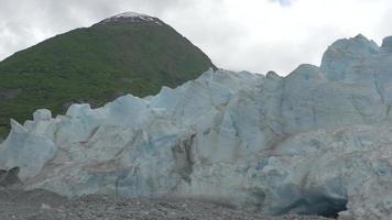 close-up de uma montanha ao lado de uma geleira no Alaska 4k video