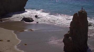 Gros plan d'une plage sur la côte californienne 4k