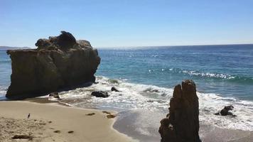 grandes rocas en la costa de california 4k