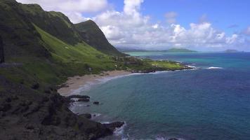 montañas verdes y océano azul de oahu, hawaii 4k