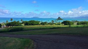 une vue de la côte hawaïenne depuis la terre avec d'autres îles au loin 4k video