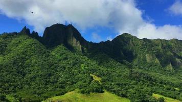 colpo di elicottero della catena montuosa hawaiana 4K
