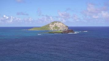 rocas de la isla solas en el océano pacífico 4k