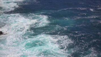 agua choopy del océano pacífico 4k