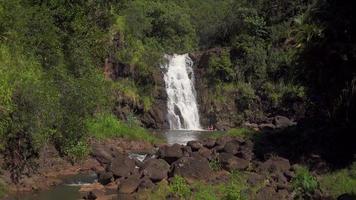 aparece una cascada desde las montañas de oahu hawaii 4k