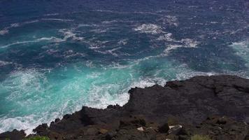 El océano pacífico se agita cuando golpea la costa rocosa 4k
