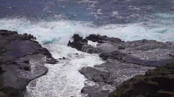 el océano se estrella contra la costa hawaiana