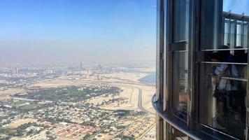 Menschen, die Wüste in Dubai vom Burj Khalifa 4k betrachten video