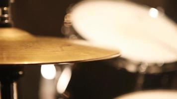 una placa de tambor tocando el ritmo de la música