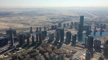Luftaufnahme von Wolkenkratzern, Autobahn in Wüste Dubai 4k video