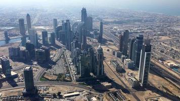 vista aérea de rascacielos en el desierto de dubai 4k